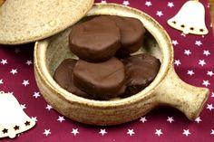 Ένα γλυκό που φτιάχνεται πολύ απλά στο σπίτι μας και αποτελεί το ιδανικό  κέρασμα στους λάτρεις της σοκολάτας.  Περιεκτικό, σοκολατένιο με πλούσια χοντροκομμένα καρύδια στο εσωτερικό του  και από πάνω μια παχιά στρώση σοκολάτας. Αυτό θα πει καριόκα!        ΜΕΡΙΔΕΣ: 17 ΚΟΜΜΑΤΙΑ Χ