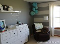 2013/02/babyzimmer,dekorieren,streifenß,wand,grau,weiß,papierkugeln