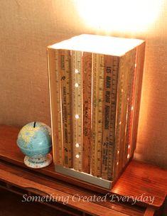 Lámpara de sobremesa con pantalla de reglas de madera