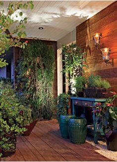 Com 15 m², a varanda do paisagista Odilon Claro, no Morumbi, em São Paulo, concentra escolhas simples e eficientes. Colocados nos vasos de cerâmica chinesa, os spots de aço inox nem sequer são notados – para ligá-los, basta ter uma tomada por perto  Evelyn Müller / Casa e Jardim