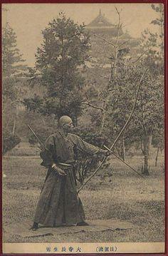 a very unusual stance. Samurai Weapons, Samurai Art, Samurai Warrior, Geisha, Japanese History, Japanese Culture, Marshal Arts, Martial, Japanese Warrior