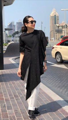 Karishma Kapoor In Beautiful Asymetric Tunic With White Pant And Black Sunglasses , She Complete The Looks With Black Loafer Shoes Western Dresses, Indian Dresses, Pakistani Dresses, Indian Outfits, Stylish Dresses, Simple Dresses, Casual Dresses, Fashion Wear, Hijab Fashion