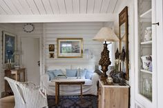 Vicky's Home: Casa de verano cálida y confortable / House warm and comfortable Tiny Living Rooms, Cottage Living Rooms, Cottages And Bungalows, Cabins And Cottages, Style At Home, Salons Cottage, Condo Decorating, Farmhouse Interior, Luxury Interior Design