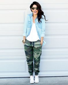 If you're after a casual and at the same time stylish outfit, try teaming a light blue denim shirt with dark green camouflage sweatpants. We love how complete this outfit looks when finished off by white low top sneakers. Camo Pants Outfit, Jogger Pants Outfit, Camo Outfits, Casual Outfits, Camo Joggers, Denim Jogger Pants, Converse Outfits, Camo Dress, Comfy Outfit
