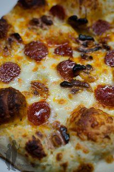 Aujourd'hui, je vous propose une nouvelle recette de pizza : auchorizo et aux noix, sur un lit de Tartare...Super bon !   Alors, à vos fo...
