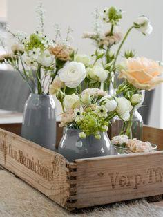 Graue Vasen mit farbenfrohen Blumensträußen. Shoppe Bikinis in Grau-/Pastelltönen auf http://www.sistersurprise.de