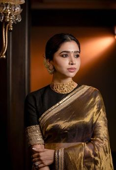 Aarthi Ravi giving us major saree goals! Saris, Engagement Saree, Silk Saree Blouse Designs, Wedding Saree Blouse Designs, Wedding Saree Collection, Stylish Blouse Design, Indian Bridal Outfits, Saree Photoshoot, Saree Trends