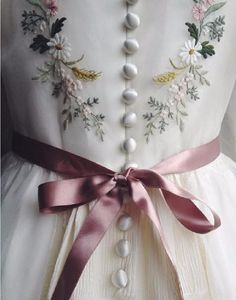 Such an Inspiring and Exquisite Satin-Stitch, фото № 6 Hand Embroidery Dress, Embroidered Clothes, Ribbon Embroidery, Floral Embroidery, Embroidery Stitches, Embroidery Patterns, Embroidered Flowers, Bordados E Cia, Vestidos Vintage