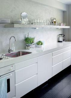 White kitchen, no upper cabinets, open shelving, no drawer pull, minimalist design. Rustic Kitchen, New Kitchen, Kitchen Dining, Kitchen Decor, Kitchen Shelves, Kitchen Cabinets, Kitchen Units, Upper Cabinets, Kitchen Interior