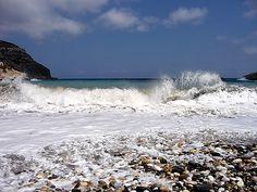Lionas, Naxos, Grekland. Naxos väl dolda hemlighet, lilla pärlan Lionas på östkusten.  Fint bad på klapperstensstrand, men med rätt rejäla vågor. Inget för barnfamiljen direkt.