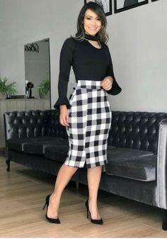 Black blouse and plaid skirt Popular Ladies Work Fashion, Modest Fashion, Fashion Dresses, Plaid Pencil Skirt, Plaid Skirts, Skirt Outfits, Dress Skirt, Look Chic, Work Attire