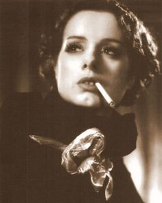 Tribute to Bride of Frankenstein star Elsa Lanchester! Hollywood Glamour, Classic Hollywood, Old Hollywood, Women Shooting Guns, Elsa Lanchester, Photo Star, People Smoking, Bride Of Frankenstein, Star Wars