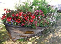 Landscaping ideas to reuse and recycle old boats for yard decorations and unusual containers with flowers are creative, very interesting and surprising. Old boats have universal appeal and can be used Nautical Landscaping, Large Backyard Landscaping, Small Backyard Design, Landscaping Tips, Backyard Designs, Diy Garden Decor, Garden Art, Garden Design, Big Garden