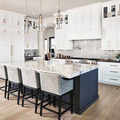 White Kitchen Cabinets, Kitchen Cabinet Design, Kitchen Interior, New Kitchen, Kitchen Decor, Kitchen Ideas, Kitchen Black, Shaker Cabinets, Kitchen Island
