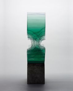 Sculptor Ben Young, born in New-Zealand, creates amazing and very realistic sculptures, made of clear float glass. Bodies, waves and more abstract forms, waving and connected