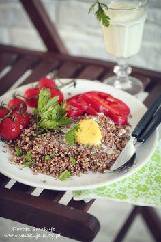 Obiad na parze – kasza gryczana z olejem konopnym i jajkiem sadzonym podana z warzywami i kefirem