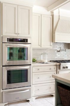 Tobi Fairley: Gorgeous kitchen design with off-white ivory shaker kitchen cabine. Tobi Fairley: Gorgeous kitchen design with off-white ivory shaker kitchen cabinets, quartz counter … Ivory Kitchen Cabinets, Painting Kitchen Cabinets, Kitchen Redo, New Kitchen, Kitchen Remodel, Kitchen Ideas, Cream Cabinets, Shaker Cabinets, Design Kitchen
