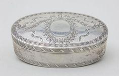 Louis-Seize Tabatiere, Ferdinand Christian Krebs, Breslau, um 1785 ovale Scharnierdeckeldose, auf de — Silber