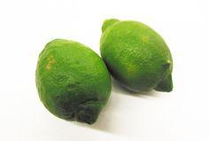「グリーンレモン」 青いうちに収穫したレモンを「グリーンレモン」と呼びます。 減農薬で防腐剤・ワックス不使用なので、皮まで安全に食べられます。