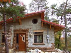Earth bag home--with bigger windows I would love it. Tiny House, Hut House, House Yard, Earthship Plans, Earthship Home, Earth Sheltered Homes, Earth Bag Homes, Rammed Earth Homes, Eco Buildings