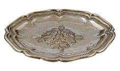 BANDEJA DE PLATA Plata cordobesa, con punzones. Con faltas. S. XVIII. Medidas: 39 x 31,5 x 3 cm. Peso: 560 gr.