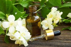 Jasmine oil, a type of essential oil derived from the jasmine flower, is a popular natural remedy for improving mood, overcoming stress and balancing Reiki Classes, Jasmine Oil, Stress Busters, Aromatherapy Recipes, Face And Body, Natural Health, Natural Remedies, Osho, Essential Oils