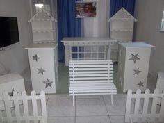 o kit composto de 2 estantes , 2 cubos medios ,2 cubos grandes,2 vasos de chão, 2 cerquinhas e a mesa clean sendo na cor crua mdf de 9mm frete a combinar R$ 1.000,00
