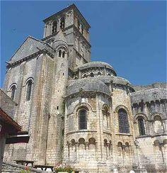Transept, clocher et chevet avec absidioles en plan tréflé de l'église Saint Pierre de Chauvigny en Poitou