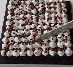 Dacă doriti să faceti ceva dulce, rapid si fără prea multe bătai de cap, vă propunem următoarea prăjitură .  Ingrediente : 300 g biscuiti cu cacao si unt, o banană, 250g sos de ciocolată (facut in casă sau cumpărat), o fiolă esentă de vanilie, 200g friscă bătută, 80g fulgi de ciocolată. Mod de preparare …