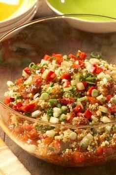 Mit diesem raffinierten Bulgur-Rezept bereitet man ganz einfach einen leckeren Bulgur-Salat mit frischem Gemüse, wie Tomaten und Gurken zu. Kreuzkümmel verleiht eine besondere und orientalische Note!