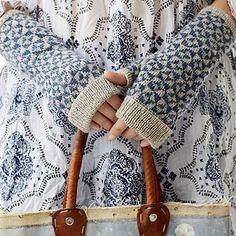Ravelry: Pinwheel Mitts pattern by Ella Austin Fingerless Mittens, Knit Mittens, Knitted Gloves, Knitting Socks, Hand Knitting, Knitting Machine, Knitting Designs, Knitting Projects, Knitting Patterns
