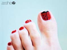 Adorable ladybug toe nail tutorial  #howdoesshe #nailpolish #nailpolishideas #polishtutorial #ladybug #summernails #nails howdoesshe.com