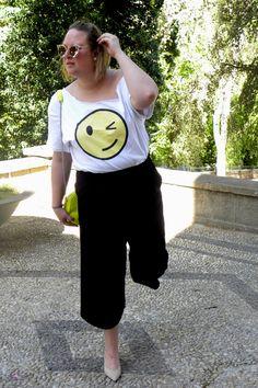 Trendy Curvy Look. CAMISETA Y BOLSO EMOTICONO #smile #emoticono #pull&bear #primavera #look #culotte #pantalonnegro #amarillo #zapatos #nude #fashion #moda #outfittallagrande #curvy #plussizecurve #personalshopper #curvygirl #loslooksdemiarmario #bloggermadrid #outfit #plussizeblogger #fashionblogger #influencer #trendy #bloggerXL