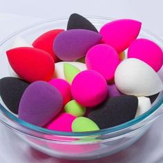 Get the most out of your beautyblender with these makeup artistapproved tips  -  eye-makeup Diy Makeup At Home, Make Makeup, I Love Makeup, Skin Makeup, Beauty Makeup, Makeup Brushes, Makeup Sponges, Makeup Tools, Makeup Desk