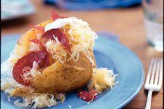 Kijk wat een lekker recept ik heb gevonden op Allerhande! Zuurkool op gepofte aardappel