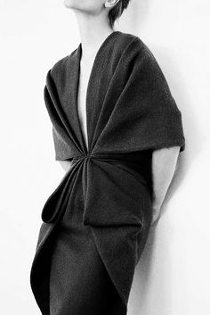 A modern twist on the chiton. The contemporary look reminds me of the different ways to wrap the garment.