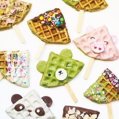 These Cute Green Tea Waffle Pops Are a Matcha Made in Heaven tea cookies Chocolate Drip, Melting Chocolate, Chocolate Recipes, Creative Desserts, Cute Desserts, Dessert Recipes, Waffle Pops, Waffle Cake, Cake Face