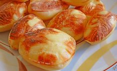 Zapomeňte na nezdravé hranolky: Vyzkoušejte při pečení brambor udělat tuto fintu a nafouknou se Vám jako balónek, děti to prostě milují! Hot Dog Buns, Hot Dogs, Pretzel Bites, Food Hacks, Shrimp, Food And Drink, Cooking Recipes, Potatoes, Bread