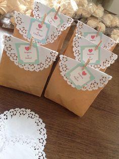 Lembrancinhas: suspiros ( sacão com muitos suspiros do tiozinho que vende na rua) ; saquinhos de kraft ( vende pacotes com 100un), doile ( rendinha de papel, vende pacote com 100un); pregadorzinhos de madeira ( 25 de março, pacote com 100un); etiquetas suspiros de amor, felicidade, e etc. ( feitos no PAINTBRUSH hehe e impressas na gráfica) Paper Flowers Craft, Flower Crafts, Paper Crafts, Diy Crafts, Birthday Design, Birthday Diy, Homemade Xmas Gifts, Decorated Gift Bags, Envelope Design