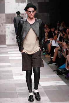 Robert Geller is known for his layers. Although at times he treads the line of being too dark, Robert's clothing always seems to be something you can wear outside the runway setting and still look completely normal. Grinder, Hot Pants, Bermuda Shorts, How To Look Better, Runway, Ice Cream, Menswear, Spring Summer, Normcore
