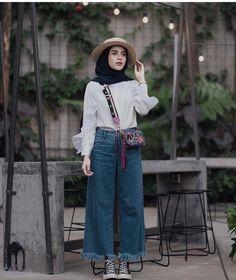 Chic Ways To Wear Denim Culottes For Hijab Style – Hijab Fashion 2020 Modern Hijab Fashion, Hijab Fashion Inspiration, Muslim Fashion, Denim Fashion, Fashion Outfits, Hijab Fashion Summer, Converse Fashion, Street Hijab Fashion, Ootd Fashion