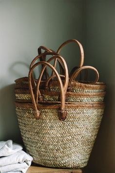 Leather and woven raffia farmers market shopping totes for storage, beach days, or purse Rustic French, French Decor, Rustic Style, Boho Style, Jute, French Baskets, Rattan, Market Baskets, Straw Tote