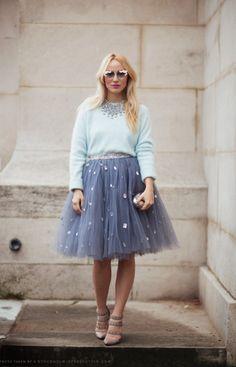 Ahora que hace frío puedes combinar la falda de tul con un suéter de cuello redondo.