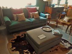 #mercadoloftstore #umseisum #porto #sofa #veludo #velvet #classic #conforto #luz #textura #almofada #padrão #tecido #pattern #pillow #square #cortina #lamp #light #abatjour #cadeira #chair @cortinasestofos #banqueta