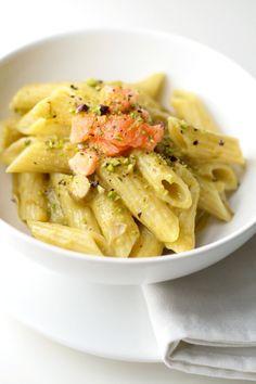 Pasta alla crema di asparagi, salmone e pistacchi
