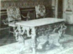 Onbekende ontwerper. Tafel in Hôtel Laurun (1680). Parijs (Frankrijk). Vergulden houtsnijwerk en marmeren blad. Deze tafel is kenmerkend voor het Franse meubilair uit de tijd van Lodewijk XIV. De maker van deze tafel heeft de hele barokstijl erop losgelaten. Van onder tot boven is het versierd met voluten, acanthusbladeren, bloemslingers en noem maar op. Verder is de rest van het interieur van de kamer waarin deze tafel staat ook in de typische barokstijl.