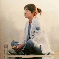 She is waiting him Song Hye Kyo, Song Joong Ki, Korean Actresses, Korean Actors, Korean Dramas, Decendants Of The Sun, G Song, Songsong Couple, W Two Worlds