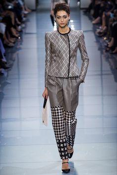 Guarda la sfilata di moda Giorgio  Armani  Privé a Parigi e scopri la collezione di abiti e accessori per la stagione Alta Moda Autunno-Inverno 2016-17.