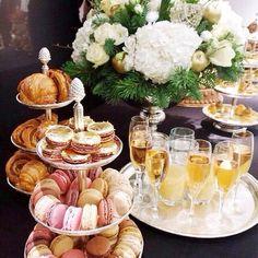 En klassisk afternoon tea passar alla årstider och är en fröjd för ögat. Vad du vill bjuda på är lite upp till dig, men förutom olika sorters te så ingår sandwiches, scones och något sött bakverk. Extra lyxigt blir det om man serverar champagne. Varsågoda, vackraste afternoon-tea-inspirationen!