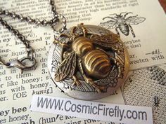 Bee Locket Necklace Vintage Style Gothic par CosmicFirefly sur Etsy